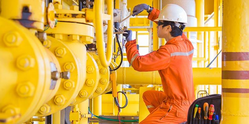Técnico fazendo manutenção em instalação de equipamentos